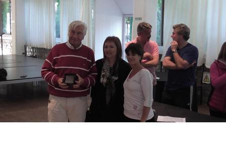Rodolfo Ratto, 50 años de socio, junto a Silvia Izzo y Gaby Galante de la CD.