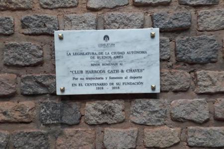 Placa ubicada en el hall de ingreso del Club.