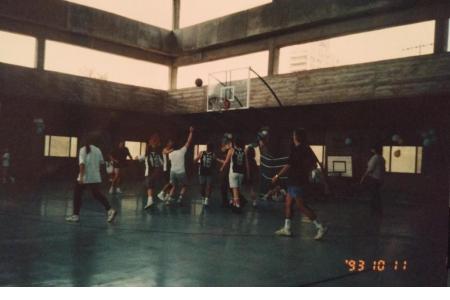 Año 1993 - Partido entre padres durante el encuentro de minibasket