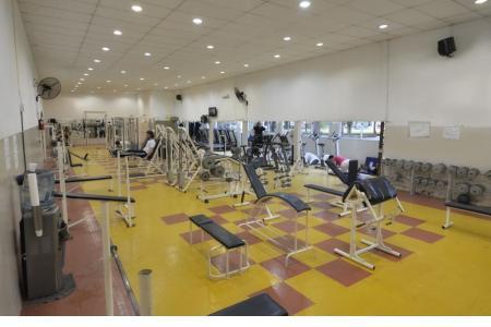 El gimnasio es atendido por profesores de educación física todos los días